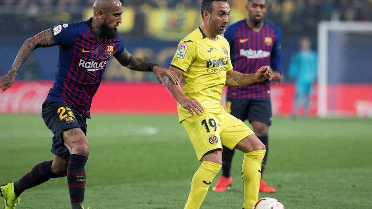 Der Aussenseiter ganz in Gelb: Villarreals Santi Cazorla setzt sich gegen Barças Arturo Vidal durch.