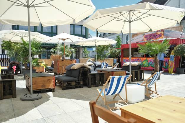 Liegestühle, Loungemöbel, Strandkörbe und klassische Restauranttische: Die Lounge bietet gemütliche Sitzplätze für alle Vorlieben.