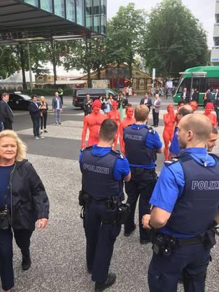 Sowas schauen sich auch die Polizisten gerne an. Müssen es dann unterbinden. Gesetze und so.