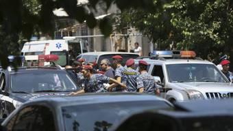 Armenische Sicherheitskräfte in der Nähe des von bewaffneten Oppositionellen gestürmten Polizeigebäudes in der armenischen Hauptstadt Eriwan.