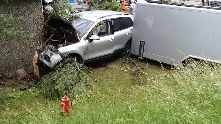 Der VW-Fahrer geriet auf die Gegenfahrbahn, kam von der Strasse ab und fuhr die Böschung hinunter. Dort rammte der Wagen zwei Bäume und  prallte schliesslich gegen eine Trafostation.