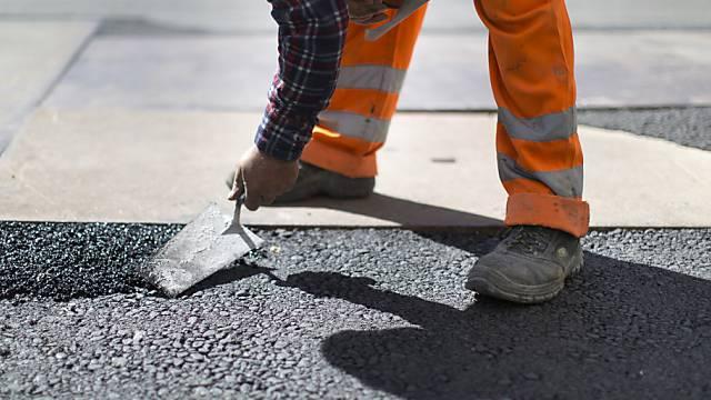 Bauarbeiter wollen mit den Baumeistern verhandeln (Symbolbild)