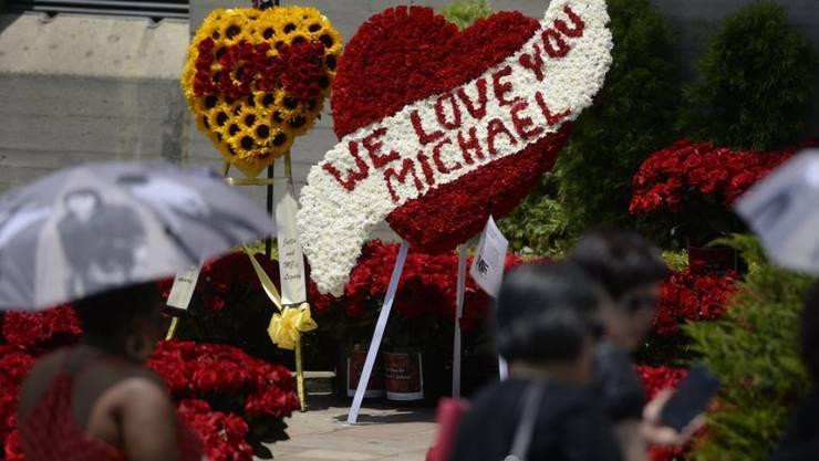 Gebinde zum Gedenken an Michael Jacksons Todestag vor seinem Mausoleum in Forest Lawn (Archiv)