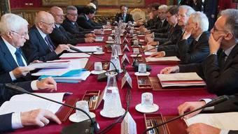 Die Weisen präsentieren Staatschef Giorgio Napolitano (2.v.l.) den Bericht