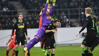 Einmal zu viel bezwungen: Yann Sommer krallt sich den Ball, doch gegen den Freistoss von Bernardeschi war er machtlos