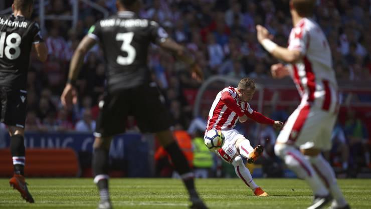 Xherdan Shaqiri erzielt mit einem wunderbaren Freistoss ein Tor und kann den Abstieg von Stoke City trotzdem nicht verhindern.