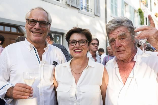 Ständerätin und Anwohnerin Anita Fetz ist umzingelt von charmanten Herren Ex-Stadtentwickler Thomas Kessler (links) und Fotograf und Wohltäter Onorio Mansutti.