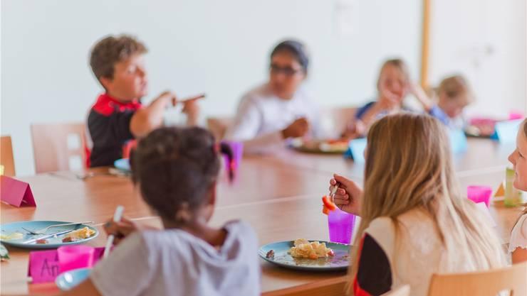 Für den Mittagstisch ihrer Kinder müssen gewisse Eltern ab dem kommenden Schuljahr 24 statt wie bisher 10 Franken bezahlen. (Symbolbild)