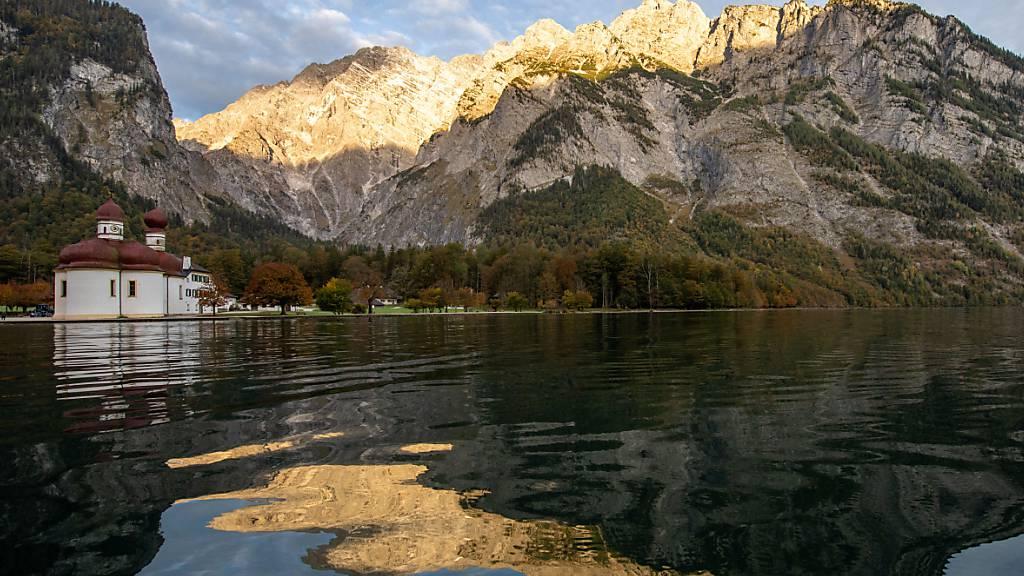 ARCHIV - Der deutsche Nationalpark Berchtesgaden mit Königssee und Watzmann. Im dortigen Landkreis sollen drastische Einschränkungen des öffentlichen Lebens verhängt werden. Foto: Lino Mirgeler/dpa