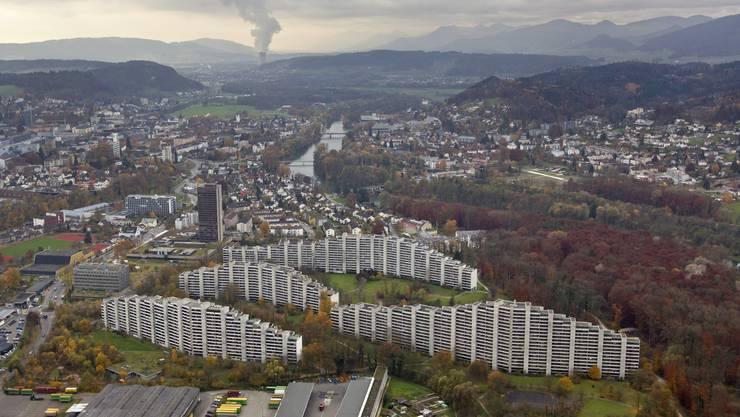In den Telli-Hochhäusern in Aarau, die zwischen 1971 und 1991 gebaut wurden, findet sich günstiger Wohnraum – die neueren Wohnungen in der Region sind hingegen teuer.