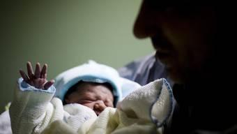 Die Neuenburger Staatsangestellten, darunter auch die Lehrer, sollen künftig einen Vaterschaftsurlaub von 20 Tagen erhalten. (Symbolbild)
