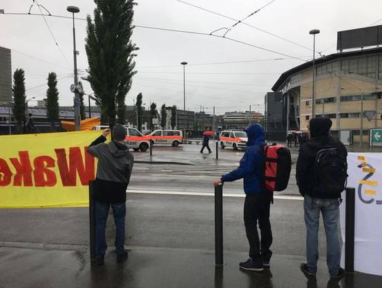 Die Polizei war vor Ort, auch zwei Hubschrauber des Militärs zogen kreise über dem Hallenstadion.
