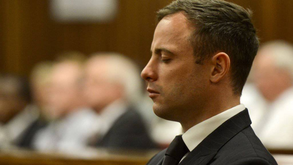 Bleibt wohl länger in Haft: Ex-Superstar Oscar Pistorius bei einem Gerichtstermin im Oktober 2014 in Pretoria. (Archiv)
