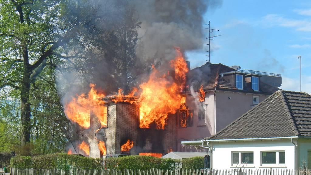 Ein Bewohner nach Brand vermisst