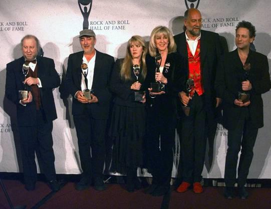Peter Green mit Mitgliedern von Fleetwood Mac (John McVie; Stevie Nicks; Christine McVie; Mick Fleetwood und Lindsey Buckingham) 1998 bei der Aufnahme in die Rock and Roll Hall of Fame, in New York.