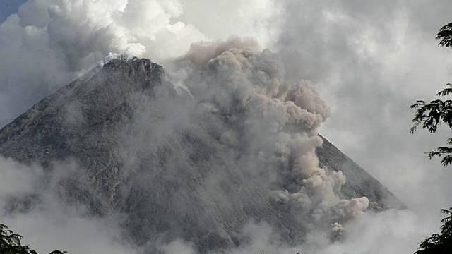 Merapi stösst noch immer Asche und Lava aus