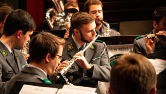 Drei Wochen im Jahr verbringt Querflötist Daniel Burla in den Wiederholungskursen als Militärmusiker. Die Musiker spielen auch Saalkonzerte für die Bevölkerung. zvg