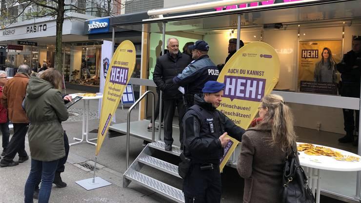 Bei einer Standaktion informierte die Stadtpolizei Baden über Zivilcourage.