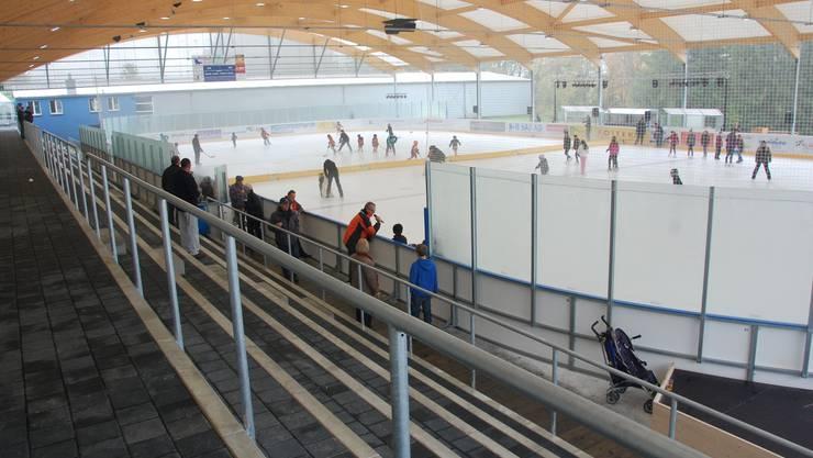 Neuerdings schützt ein Dach die Schlittschuhläufer und Hockeyspieler auf der Urdorfer Kunsteisbahn vor Schnee und Regen. Foto: dae
