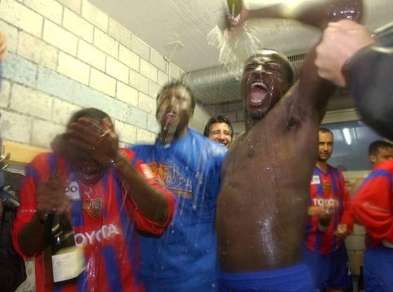 Atouba geht beim Feiern in der Kabine voran. (Bild. Keystone)