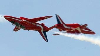 Bei einer Flugshow der britischen Royal Air Force stürzt ein Red-Arrow-Flieger ab (Archiv)