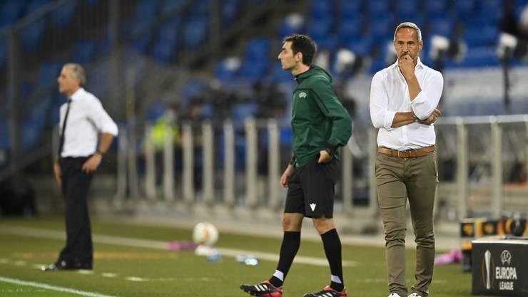 Die beiden Trainer beobachten eine ausgeglichene erste Halbzeit.