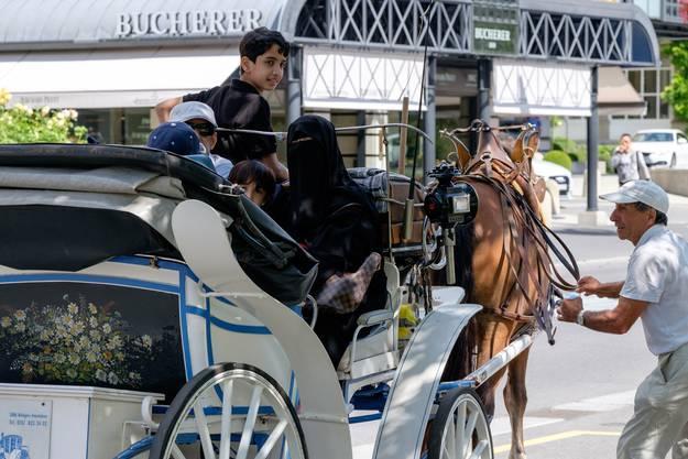 Besonders gerne mögen die reichen Touristinnen Pferde. Viele sieht man auf Kutschen durch Interlaken fahren.