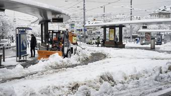 Schnee so weit das Auge reicht. Der öffentliche Verkehr in Zürich ist stark beeinträchtigt.
