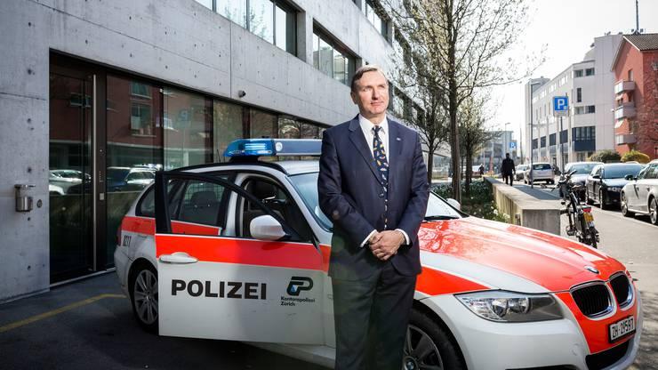 Der Chef von 200 Mitarbeitenden ist 51 Jahre alt und in Birmensdorf und Hedingen aufgewachsen. Nach der Lehre zum Automechaniker und einem Abstecher zur Handelsschule stiess er zur Kantonspolizei. Er ist verheiratet, hat drei Kinder und wohnt im Bezirk Affoltern.