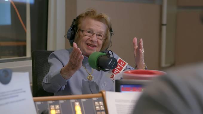 Für den Film nahm Ruth Westheimer noch einmal Platz beim New Yorker Radio, welches sie berühmt machte.