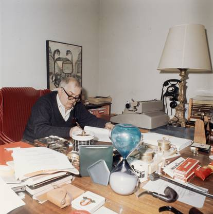 Friedrich Dürrenmatt in seinem Arbeitszimmer, ca. 1962.