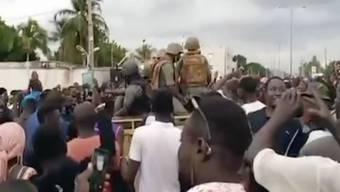 Soldaten werden von Menschenmassen begr ̧flt. Am Dienstag hatten Soldaten bei einer Meuterei in Mali den Staatschef KeÔta und weitere Mitglieder seiner Regierung festgesetzt. Foto: Ap/AP/dpa