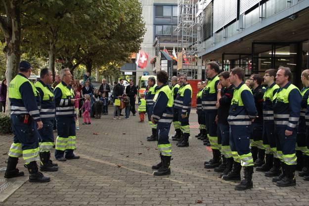 Vor dem Einsatz stellen sich die Feuerwehrmänner auf Befehl in geübter Manier auf und warten auf ihre Einteilung