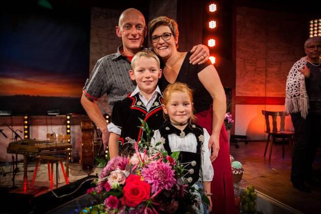 Die Siegerin mit ihrer Familie.