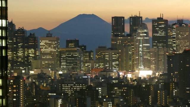 Berg Fuji - im Vordergrund Hochäuser des Tokioter Bezirks Shinjuku