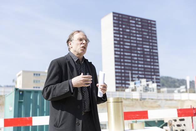 Architekt Tristan Kobler spricht zu den versammelten Gästen