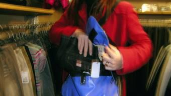 Nachdem die Frau von der Ladenaufsicht gestellt wurde, bedrohte sie das Personal mit einem Messer und flüchtete. (Symbolbild)