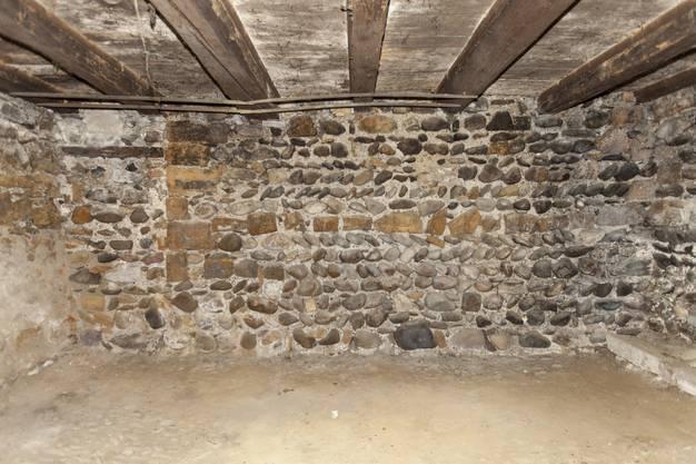 Die Kellermauer im mit dem auffälligen Ährenverband stammt aus dem 13. Jahrhundert.