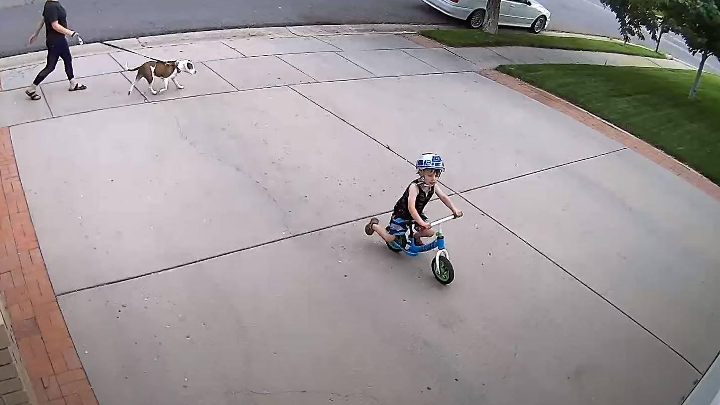 Das Kind spielt immer auf dem Garagenplatz des Nachbarn.