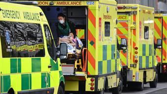 Krankenwagen stehen Schlange vor Londons Spitälern: Covid-19 bringt das britische Gesundheitssystem an den Rand des Zusammenbruchs.