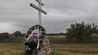 Ein Kranz erinnert nahe der Absturstelle an die Opfer (Archiv)