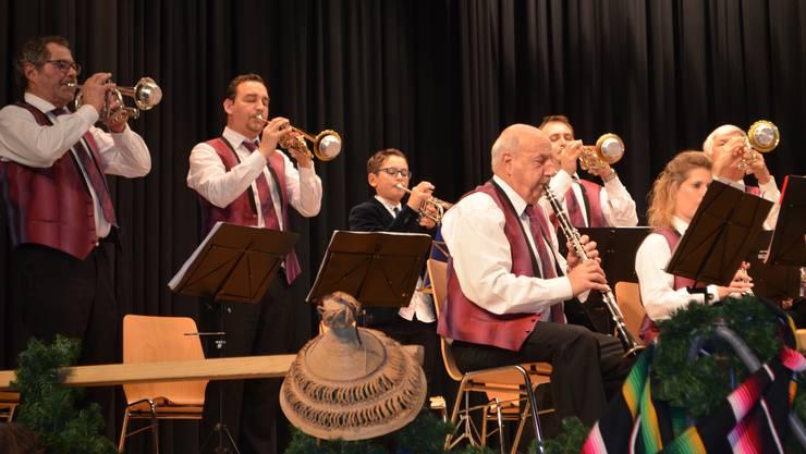 Die Trompeter spielen gemeinsam.