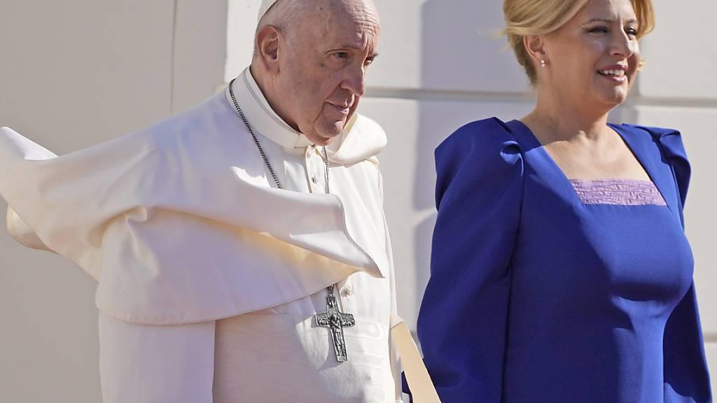 Papst Franziskus und Zuzana Caputova, Präsidentin der Slowakei, nehmen an einer Begrüßungszeremonie im Präsidentenpalast teil. Foto: Gregorio Borgia/AP/dpa