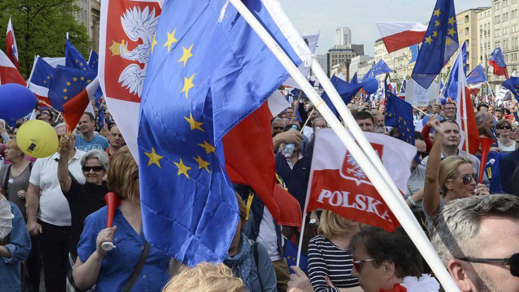 Für ein demokratisches und pro-europäisches Polen und gegen die nationalkonservative Regierung: Mit dieser Absicht gingen am Samstag zehntausende Polen in Warschau auf die Strasse.