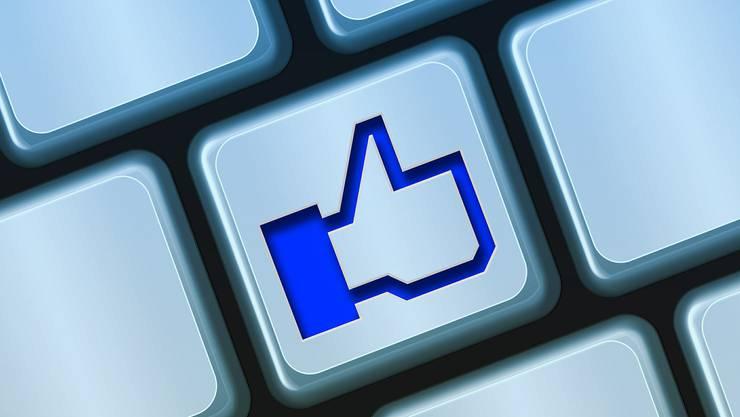 """Wer verunglimpfende Einträge auf Facebook mit """"Gefällt mir"""" kommentiert, macht sich unter Umständen strafbar. Das Zürcher Bezirksgericht hat ein erstes solches Urteil gefällt. (AP Photo/Jeff Chiu)"""