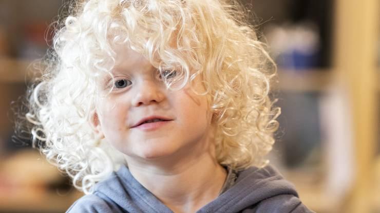 Luc (3) hatte viel Spass am Auskratzen der Räbe. Seine Mutter schnitzte seinen Namen in die Laterne.