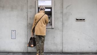 Die Rentnerin hob 16 000 Franken von ihrem Konto für den Betrüger ab.