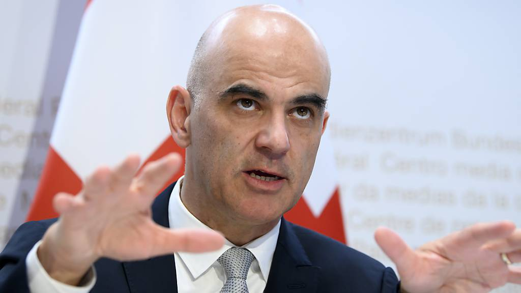 Gesundheitsminister Alain Berset will sich am Montag mit den kantonalen Gesundheitsdirektoren besprechen. Thema soll eine mögliche Verschärfung der Schutzmassnahmen gegen das Coronavirus sein. (Archivbild)