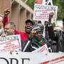 Gewerkschaften aus über zehn Ländern demonstrieren vor dem Haupteingang des Casinos in Zug, wo die Glencore-Generalversammlung stattfindet.