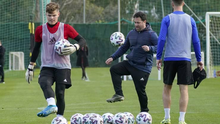 Athletiktrainer Luis Suarez versucht sich am Ball.